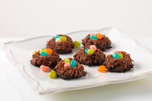 Ce printemps, créez une nouvelle tradition avec ces macarons double chocolat à la noix de coco.  Ces biscuits originaux en forme de nids peuvent accueillir de petits œufs de Pâques.