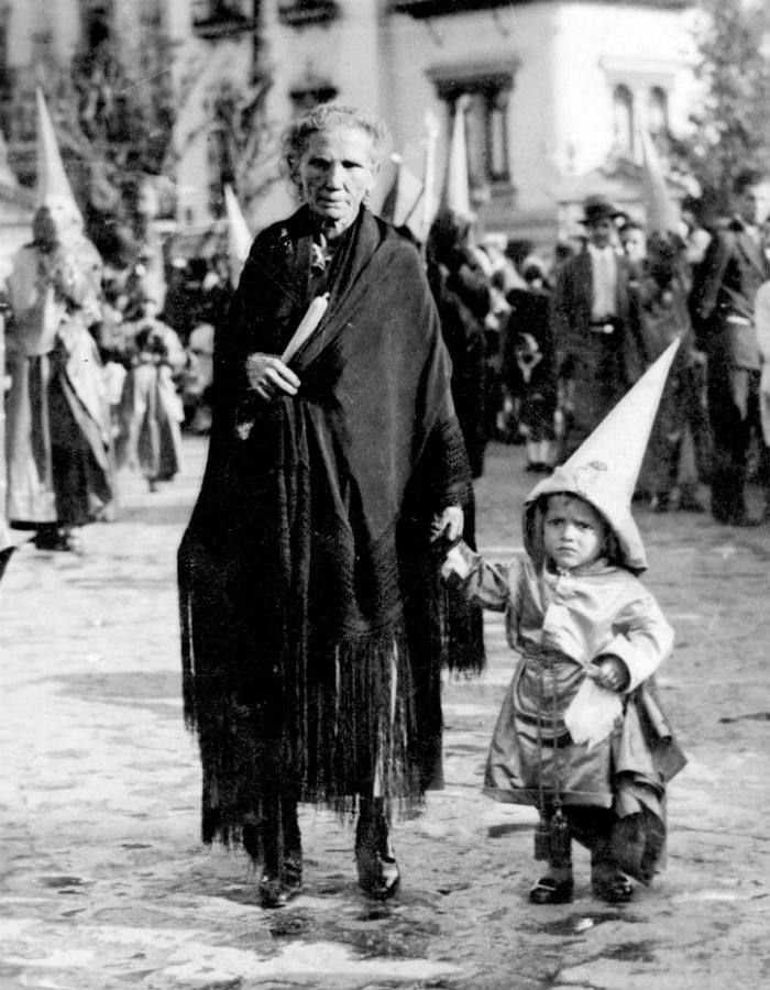 Una abuela y su nieto, camino de la Catedral de Sevilla, acompañando a la Hermandad de Las Cigarreras (1942)