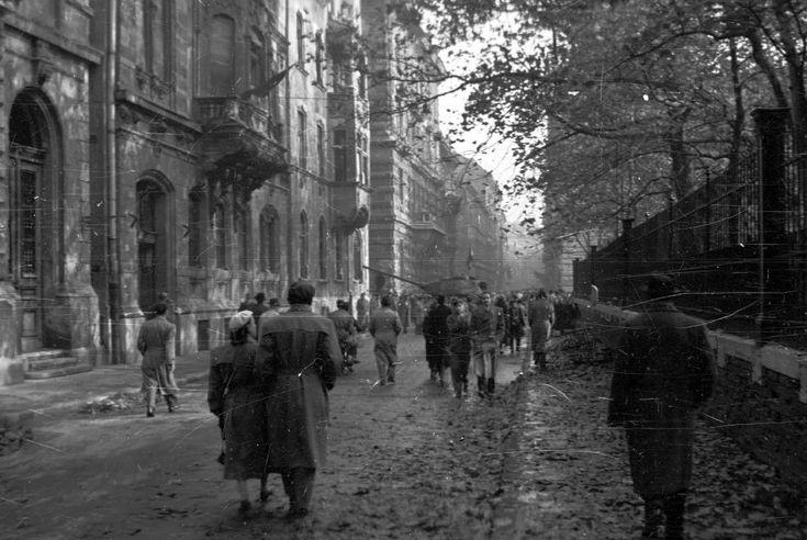 Bródy Sándor utca a Múzeumkertnél a Puskin utca felé nézve.