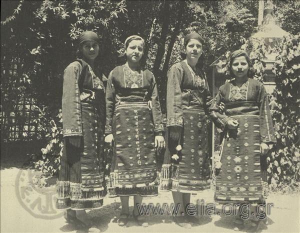 Εορτασμοί της 4ης Αυγούστου: γυναίκες με παραδοσιακές ενδυμασίες της ανατολικής Ρουμελίας (Καβακλί). 1937