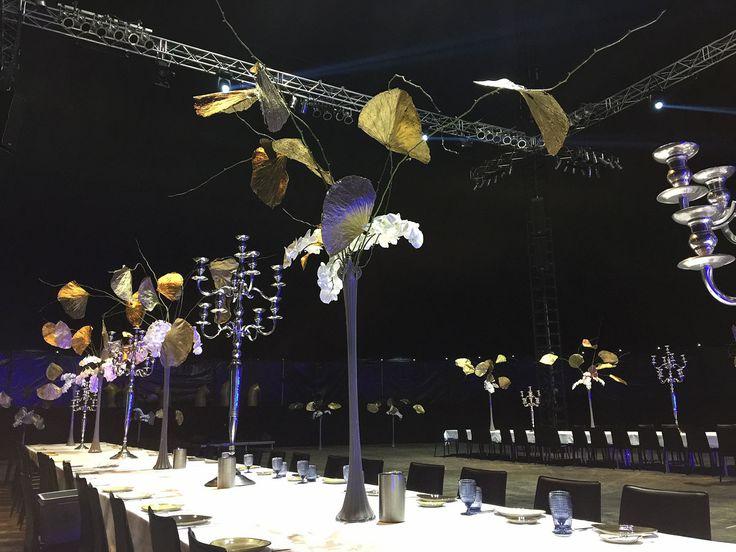 Blumendekoration für Festtafel im Cats Zelt in Hamburg, Trabrennbahn, Kandelaber, Orchideen und Palmblätter in Silber und Gold