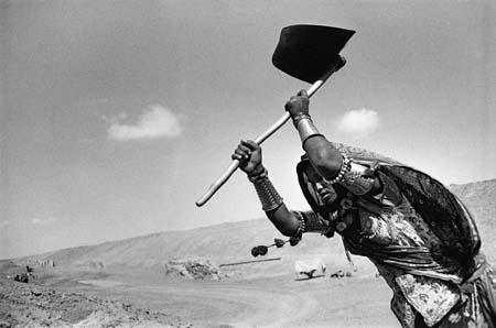Sebastiao Salgado - Worker on the canal construction site, Rajasthan, India, 1989