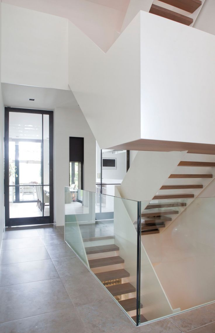 20 beste idee n over witte houten wanden op pinterest - Witte houten trap ...