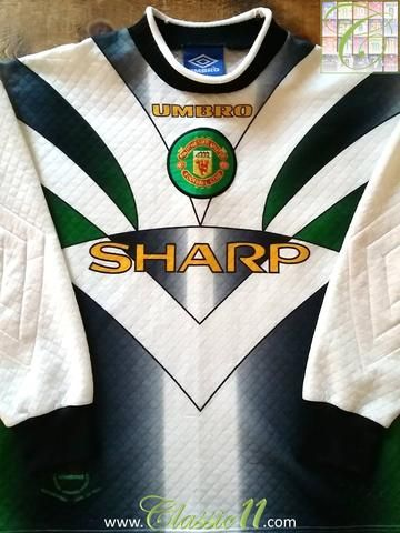 Relive Manchester United's 1997/1998 season with this original Umbro goalkeeper long sleeve football shirt.