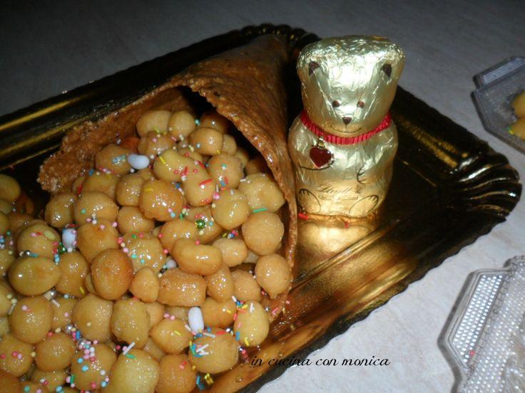 Pochi giorni al Natale ed ecco il dolcetto per antonomasia: i struffoli INGREDIENTI 450 gr di farina 4 uova 3 gusci (una sola metà) di uova per pesare olio di semi 3 … Continua a leggere→