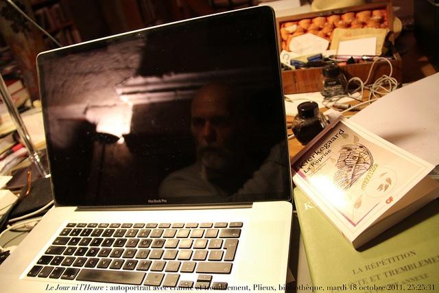 Le Jour ni l'Heure 6791 : autoportrait avec crainte et tremblement, Plieux, bibliothèque, mardi 18 octobre 2011, 25:25:31, via Flickr.
