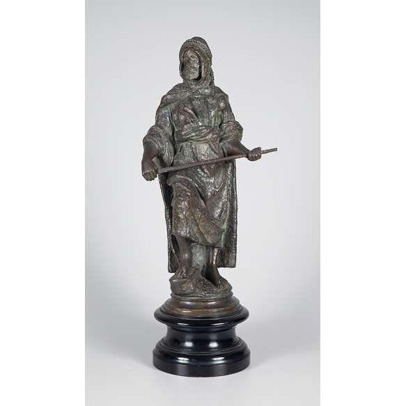 MONTANARY, M. (SÉC. XIX/XX)<br /> Mouro. Escultura de bronze com pátina escura e tratamento rústico; sobre base de madeira preta <br /> torneada medindo 22 cm de diâmetro x 72 cm de altura total.