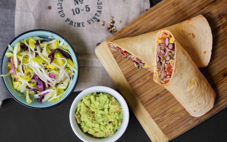 Burrito se zelným salátem a guacamole