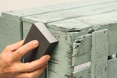 MATERIALES NECESARIOS       Pintura Chalk Paint     Barniz Ultramate     Cera  transparente   Lija           1. Pinta la caja con Chalk Paint, del color Casi Negro. Cuando ...