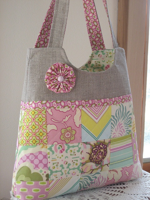 patchwork bag : patchwork, lining in printed fabric, fabric yoyo, the straps