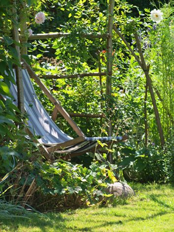 DIY in the Garden - simple wooden construction - a place for a break