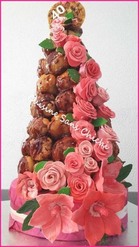 Pièce montée : Cascade de roses La cascade de roses et hibiscus, est réalisée à la main, sans moules, en pâte à sucre.