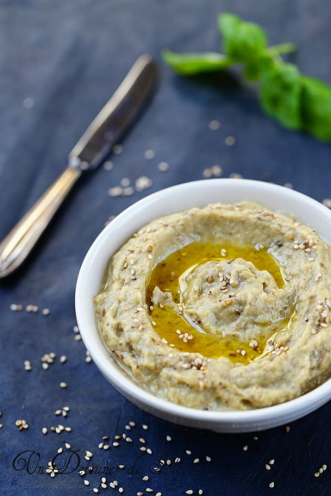 Baba ganoush (caviar aubergines sésame)      2 aubergines moyennes (autour de 600 g)     1 grosse cs de pâte de sésame (tahini) voir plus selon les goûts     le jus d'un citron jaune fraîchement pressé     1/2 gousse d'ail ou une entière     huile d'olive vierge extra, graines de sésame     sel