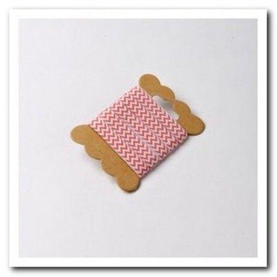 Ruban à chevrons de couleur corail pour nouer vos contenants, agrémenter vos serviettes ou vos verres.