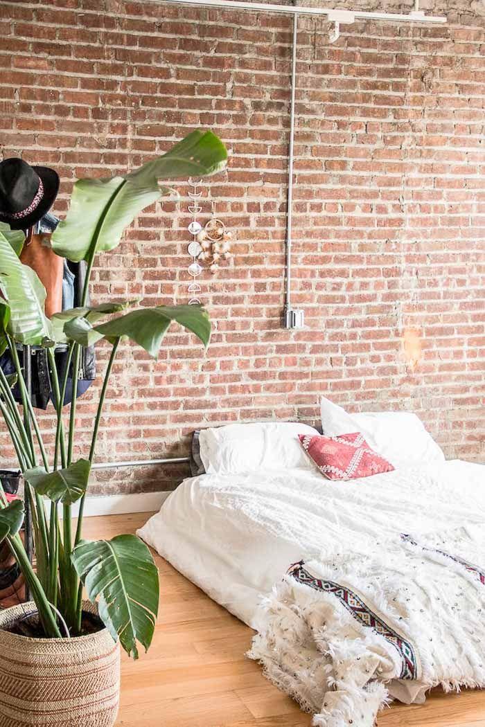Un loft cuyas paredes estan decoradas con papel pintado de ladrillos vistos al estilo Industrial o 'Fabric Chic'. El toque...la feminidad de los detalles. Tu papel, en papelpintadobarato.es