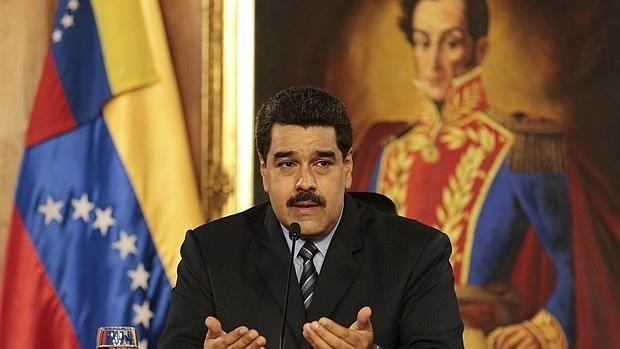 Maduro sube el precio de la gasolina y devalúa la moneda de 6,3 a 10 bolívares por dólar.