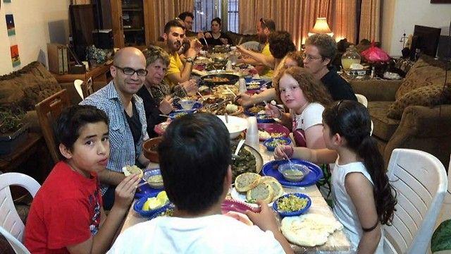 Judíos y musulamnes cena de iftar- Familias judías alojadas por familias palestinas para la comida de rompe-ayuno en Ramadán.