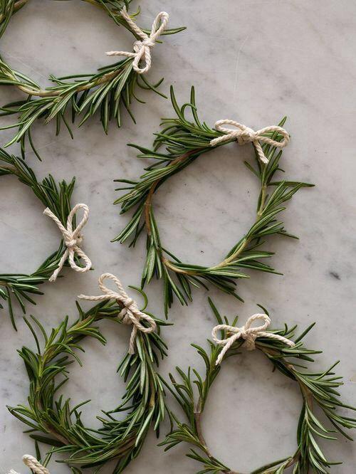 Sencillos ornamentos con romero. Navidad Escandinava. Rosemary christmas minimalist scandinavian decor