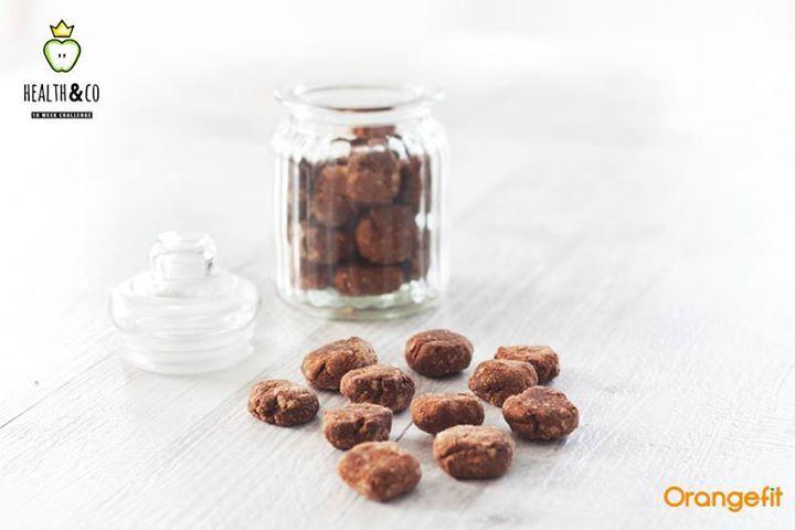 Hier zijn ze dan eindelijk: de zelfgemaakte pepernoten met de eiwitten van Orangefit en de liefde van coach Nina. Met maar liefst 1 gram eiwit per pepernoot en maar slechts 19 kcal per stuk, is dit een welkome lekkernij voor morgenavond tijdens het heerlijke avondje.  ________________________ Ingrediënten 1 scoop Orangefit vanille of chocolade 150 gr speltmeel 50 gr amandelmeel 5tl koekkruiden 2tl kaneel 2tl vanille extract 1el dadelstroop 1el kokosolie (gesmolten) 1 a 2...