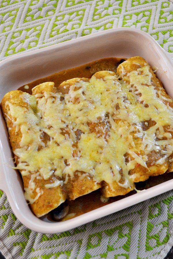 Enchiladas vegetarianas hechas con verduras rostizadas, frijoles y una salsa con chile poblano