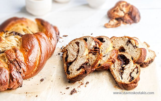 Easter bread stuffed with oreo and chocolate
