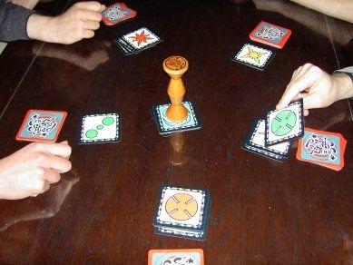"""jungle speed. Gemakkelijk zelf te maken: je maakt een """"ouderwetse"""" memorie, maar gebruikt de kaartjes op deze manier. totem: wc rolletje verstevigen. Plezier verzekert en het is eens iets anders."""