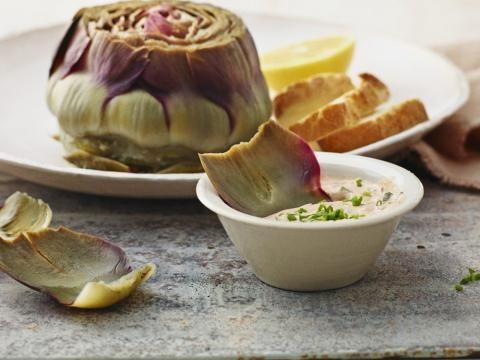 Gekochte Artischocken als Vorspeise - hier erfahren Sie, wie man das figurfreundliche Gemüse zubereitet.