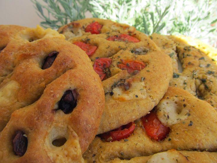 Ενα πεντανόστιμο ψωμάκι,παραδοσιακό της Προβηγκίας,που υπάρχει όμως σε όλη τη Γαλλία.Μοιάζει στη διαδικασία παρασκευής με τη λαγάνα και την ιταλική φοκάτσια,είναι μαλακό,ότι πρέπει για παιδάκια,και υπάρχουν πολλές παραλλαγές γεύσεων.Σκέτο,με μυρωδικά,με ελιές,όλα πασπαλισμένα από πάνω,κάπως με