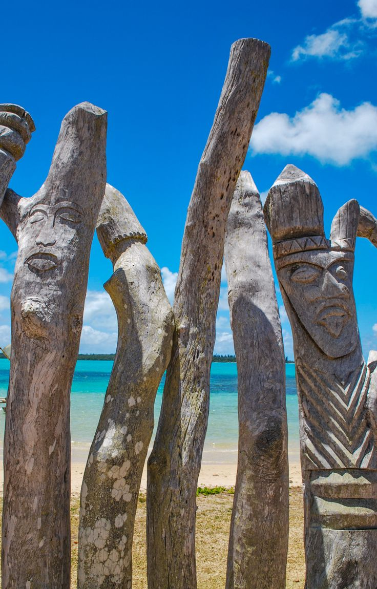 Totem poles on the beach - Ile des Pins, New Caledonia Version Voyages, www.versionvoyages.fr
