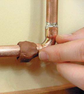 pose mastic epoxy colmater fuite d 39 eau sur un tuyau. Black Bedroom Furniture Sets. Home Design Ideas