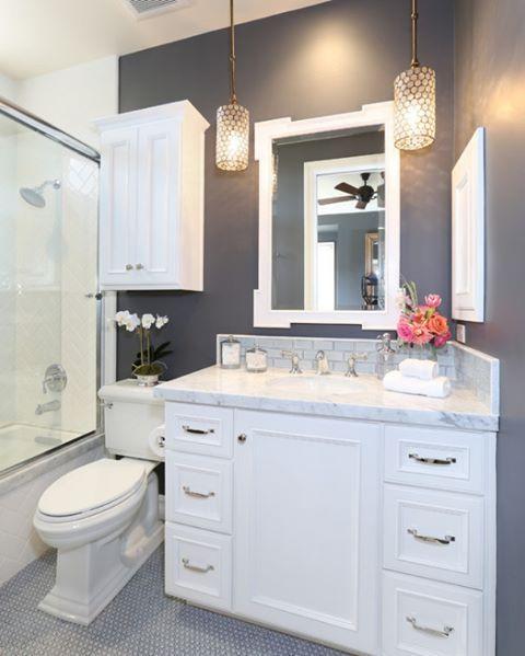 Klasik bir tasarım, modern renkler. küçük ama ferah bir banyo dekorasyonu  #dekorasyon #banyo