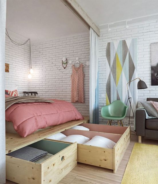 ¿Cómo sectorizar monoambientes y deptos de pocos metros cuadrados? Una plataforma elevada puede crear un dormitorio con más privacidad y espacio de guardado debajo de la cama.