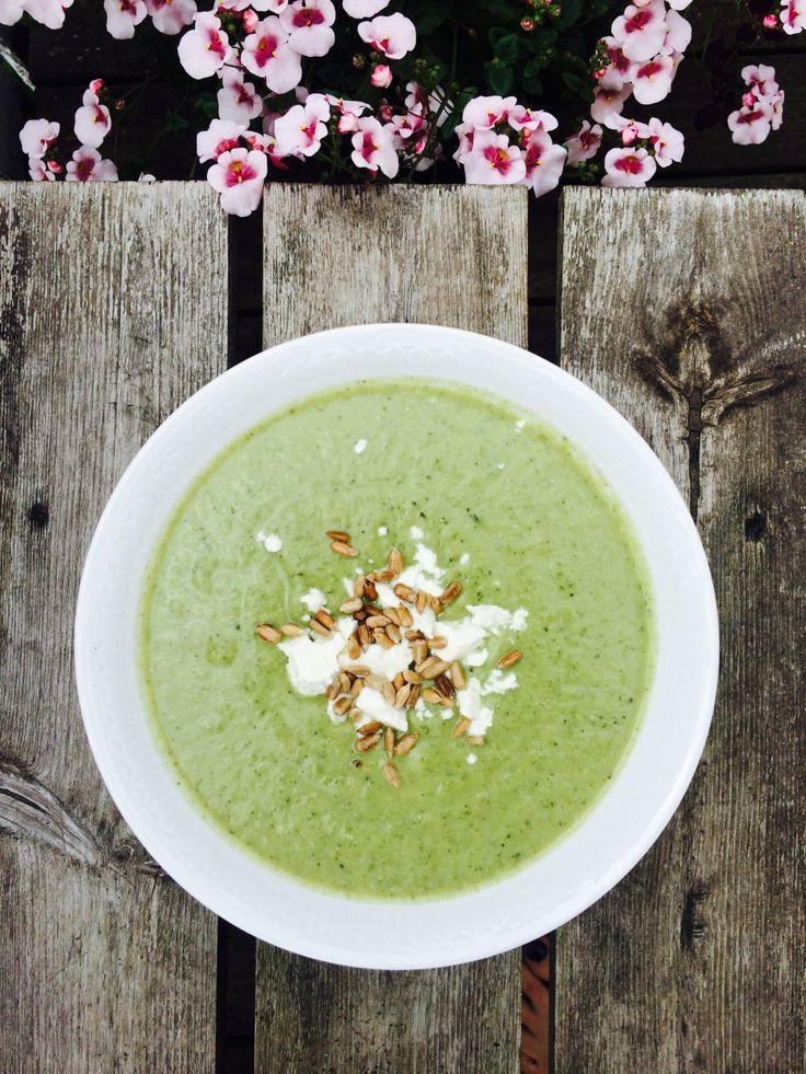 Broccolisoppa toppad med feta och solroskärnor