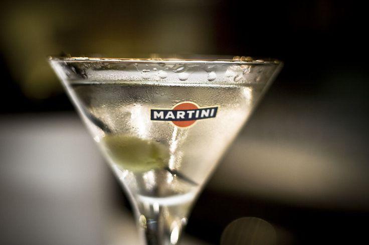 Martini koktél recept - A gint és a száraz vermutot keverőpohárban jéggel elkeverjük, és jég nélkül hűtött martinis pohárba szűrjük.