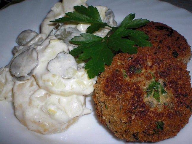 Klassischer Kartoffelsalat und Fischfrikadellen