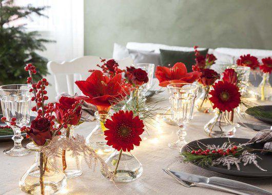 Pynt+julebordet+med+mange+små+vaser+med+blomster+i.