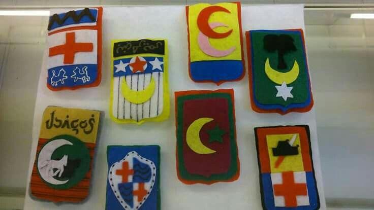 Escudos de diferentes filaes de Fiestas de Moros y Cristianos de Alcoy