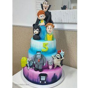 #mulpix Pra quem disse Hotel Transilvânia 2 acertouuuuu!. O que acharam do bolo?...o garoto aniversariante fez questão de todos os personagens e foi atendido hahah. Esse projeto foi em parceria com minha querida @lunevesatelier que fez o melhor bolo de morango que existe.   #hoteltransylvania2  #hoteltransilvania  #vampire  #cake  #bolo  #comestivel  #morango  #movies  #monsters  #bolos  #leovilela