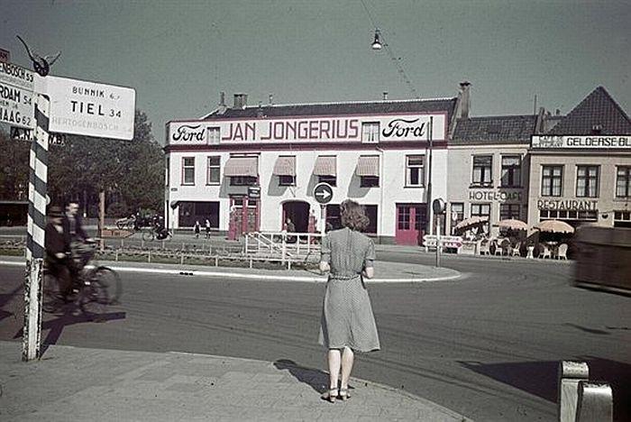 1942. Ledig Erf. Garagebedrijf Jan Jongerius. Liet een bijzondere villa bouwen a.d Kanaalweg