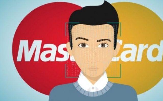 MasterCard permetterà di pagare gli acquisti con impronte e selfie MasterCard è una delle più grandi società di credito e debito e, per agevolare gli acquisti online e vincere la diffidenza degli italiani verso l'e-commerce, ha in cantiere di varare un nuovo sistema