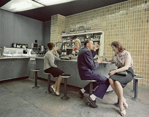 Un bar dans un kolkhoze (1970s). Klass.