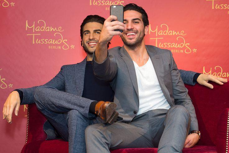Elyas M'Barek mit seiner Wachsfigur bei Madame Tussaud's