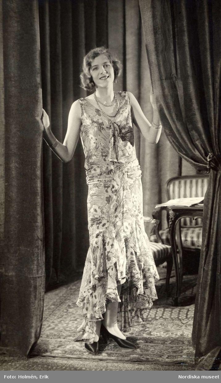 Blommig aftonklänning i flera längder, 1929. Foto: Erik Holmén för Nordiska Kompaniet