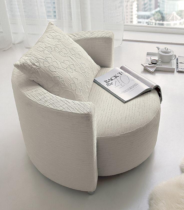 Una camera da letto sofisticata ma non troppo? Semplice! Gioca con i grigi. Dalle pareti alle lenzuola, dallo specchio al tappeto... http://www.donnamoderna.com/casa/arredamento/camera-da-letto-grigio-chic/foto-3#dm2013-su-titolo