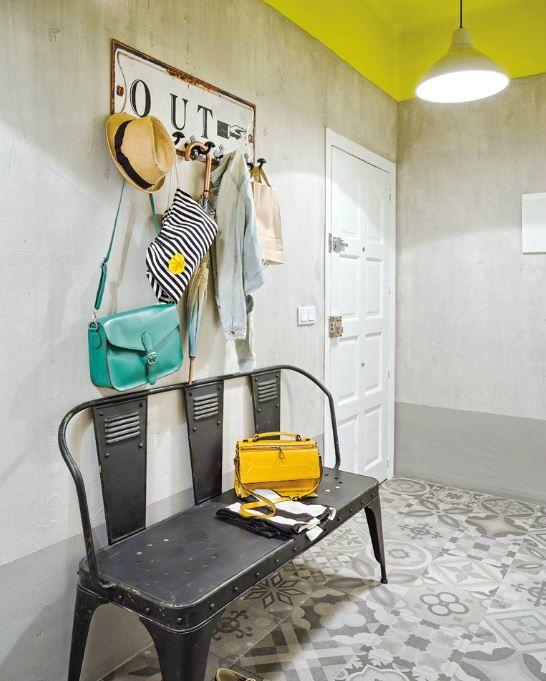 murs gris / plafond jaune