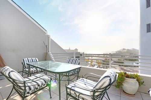 Woodbridge Island 4 Cape Town Located in Cape Town, this apartment is 2.5 km from Canal Walk. Woodbridge Island 4 boasts views of the sea and is 7 km from V&A Waterfront. Free private parking is available on site.