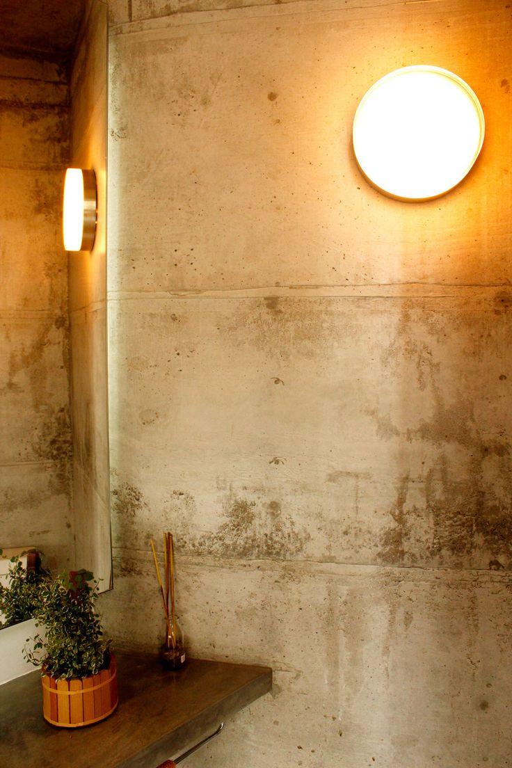 Reforma em apartamento na Chácara Klabin - Detalhe da parede do lavabo construído com argamassa armada e juntas de cobre.   ______________________________  Chácara Klabin apartment renovation #bathroom #concrete #wall