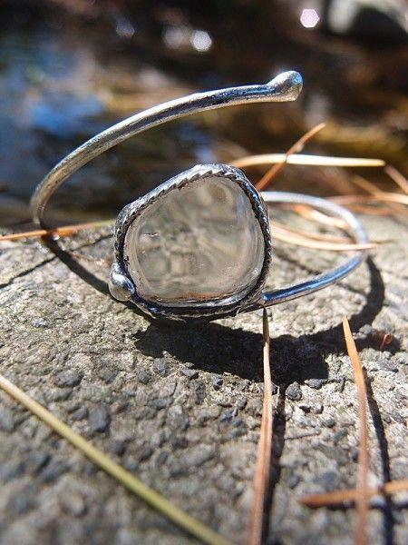 Predstavujem Vám originálne šperky z dielni Katu-Hula. Materiál: krištáľ (mierni bolesti hlavy a zubov, posilňuje imunitu a uvádza telo do rovnováhy), vlastná zliatina strieborného cínu...