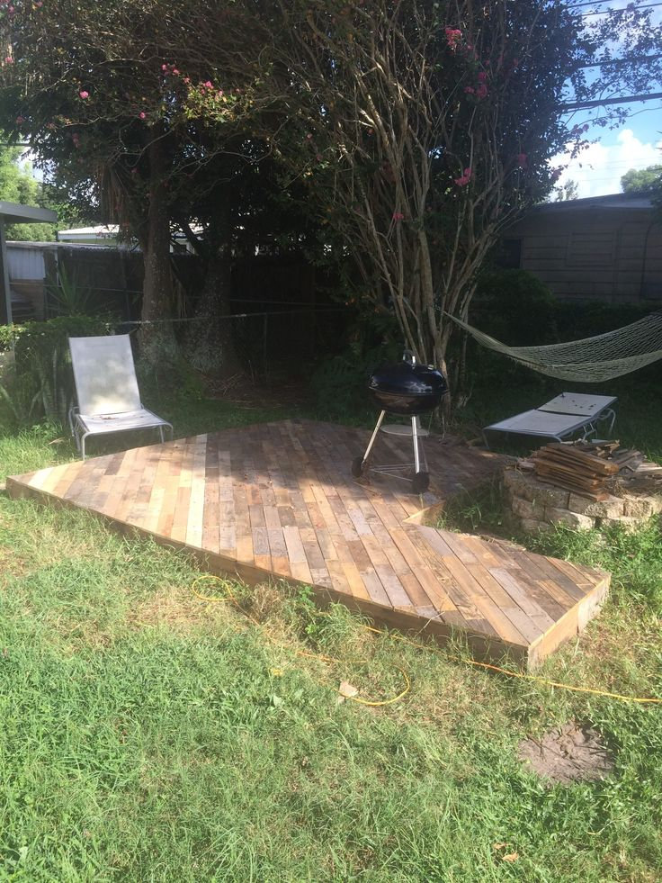Terrific idea for a gorgeous-looking pallet patio deck on the cheap. Made with 25 repurposed pallets, and around 40 bucks for the various supplies.