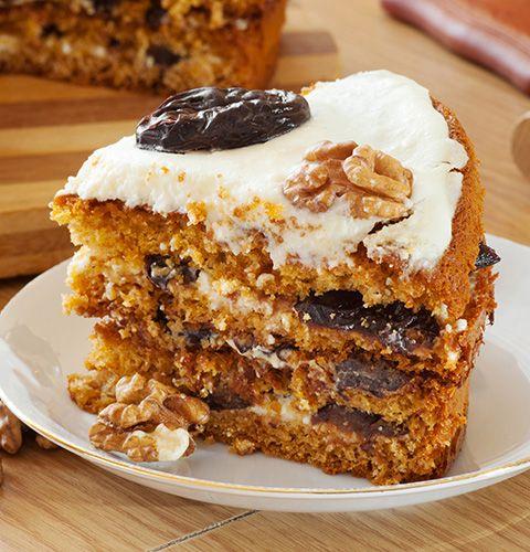 Нежный торт с легким сметанным кремом, черносливом и грецкими орехами